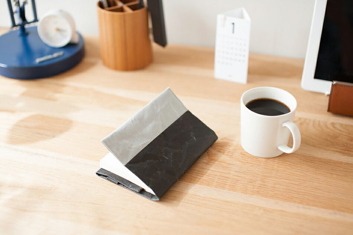 ちょっとしたメモや記録を残したり、日々の中でノートを活用していますか? 手帳とは違って自分仕様に仕上げていけるので、あると何かと重宝します。今回はそんなノートを開いて向き合う時間がもっと楽しくなるような、素敵な『ノートカバー』をご紹介していきます。