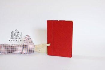真っ赤な色がぱっと目を引くノートカバー。かばんの中で迷子にならず、すぐに取り出すことができそう。 ヌメ革でできたりんごのブックマークが、遊び心もプラスしてくれています。