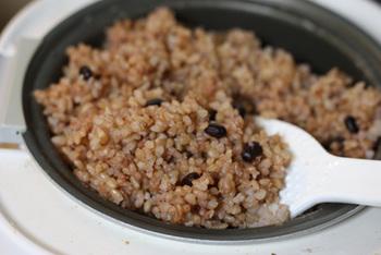 炊き終わった玄米を保温ジャーにうつして、3日間保温します。1日に1回かき混ぜるがポイントです。保温がきちんとできていないと失敗してしまいますので、温度設定を間違えないように注意してください。