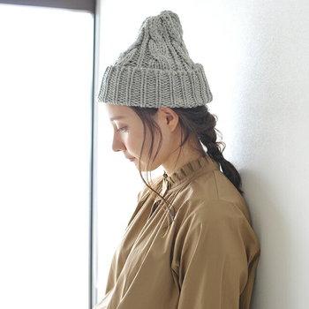 「ニット帽」は、編み目がざっくりとしたローゲージが人気です。カジュアルコーデやきれいめコーデなど、意外と幅広く合わせられるあったかアイテムです。<CLIPPER CASUALS(クリッパー カジュアル)>は高級コートにも使用されるような英国産のウールを使用しており、高い耐久性・弾力性・保温性が特徴。特に寒い日にはぜひ被りたいですね!