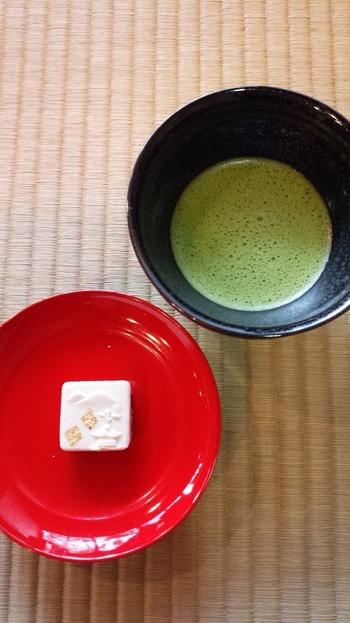 お抹茶と一緒に出てくるのは、金粉が乗せられ見た目にもお上品な和三盆の白い落雁。中には程よい塩気のある餡が入っています。お抹茶も泡のキきめが細かく口当たりもまろやかで落雁との相性も抜群です。