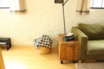 木箱はソファーやベッドサイドに置けばサイドテーブルの役割も兼ねてくれます。開放面を壁やソファにぴったり付けてしまえば、中身の目隠しにもなりますね。