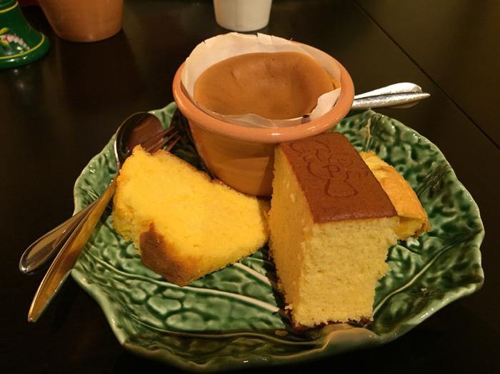 お店おすすめの人気メニュー「食文化比較体験プレート」は、ポルトガルのカステラである三種類のパォンデローと日本のカステラの盛り合わせです。地方によって焼き方や混ぜ方が違うそうなので、それぞれ違ったテイストを楽しむことができますよ。自分のお気に入りを見つけてみてはいかがでしょうか♪
