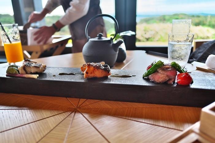天然の温泉・塩泉で身体と心を癒すだけでなく、地元三重県で育まれた食材をふんだんに用いた日本料理も楽しめます。三重県は、古くから皇室御用達の食材を生産してきた肥沃な地として知られ、その食文化は現在も受け継がれています。