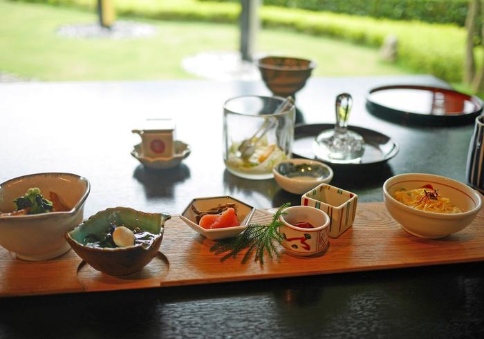 富山及び北陸の食材を中心に使用し、お料理で移ろいゆく季節を表現した日本料理が堪能できます。オーナーがこだわりぬいた器と共に、7品または8品のコース料理がいただけます。お飲物も北陸の地酒はもちろん、健康茶も楽しむことができます。