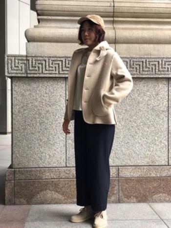 コートとブーツの色味を合わせたスマートなスタイリング。くるぶし丈のデザートブーツとアンクル丈のワイドパンツは、バランスの良いすっきりとした着こなしが楽しめます。