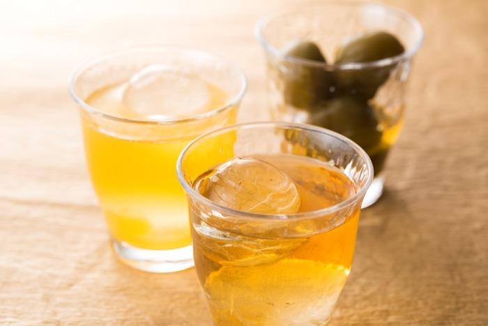 女性に人気の梅酒です。梅の香りが甘酸っぱいフルーティーなお酒ですが、アルコール度数は高めなので油断は禁物。梅酒も種類によって違いがあり、8~15度程度まで幅広いのが特徴です。