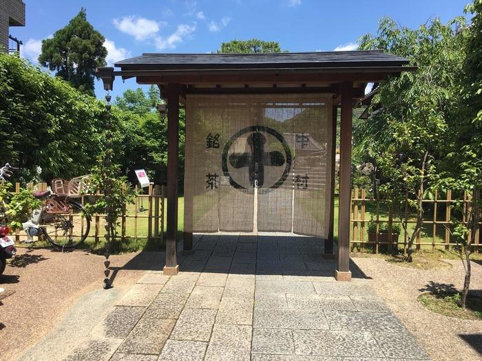 平等院からもすぐ近くの所にある、お抹茶で有名な「中村藤吉」。元料亭を改装して作られていますが、外観はそのまま保存され内装も和モダンな雰囲気が漂う落ち着く空間です。江戸時代から宇治を代表する遺存建物として重要文化的景観にも登録されているのだとか。