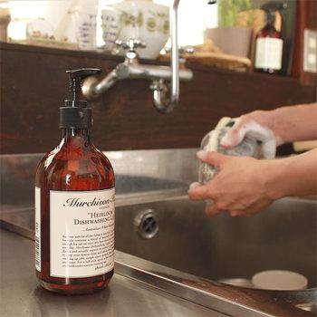 食器用洗剤は中性。中性は酸性とアルカリ性の汚れどちらにも効果があります。お湯に食器用洗剤を溶かしたものを雑巾で絞って拭けば、大体の油汚れはきれいになります。  洗剤をつけた雑巾で拭いた後は、水拭きをしっかりして洗剤を残さないこと。この時も、油汚れが落ちやすいお湯を使って拭くのがポイントです。