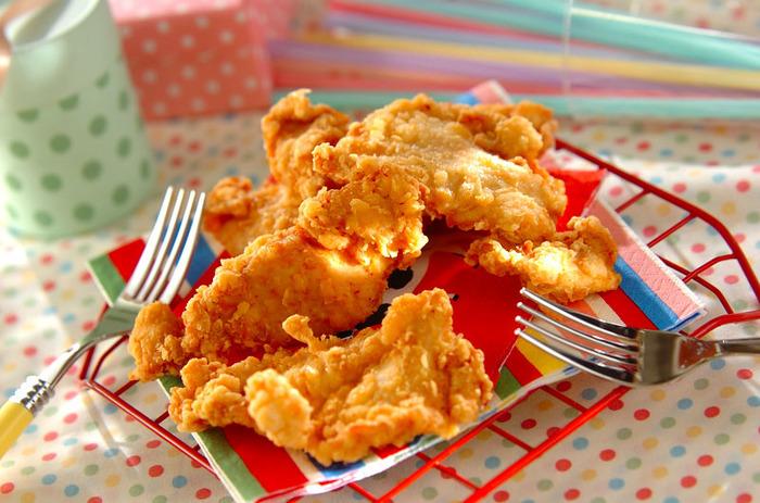 調味料でしっかりと下味をつけた鶏肉に強力粉をつけて揚げています。ボリューム感のあるフライドチキンが出来上がりました。