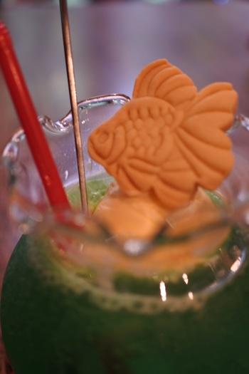 金魚鉢のようなグラスに、可愛い金魚が乗ったクリームソーダは、『金魚カフェ』の人気メニュー。店内の雰囲気とギャップのある可愛らしさもまた、ご一興です。