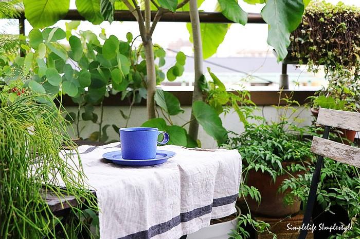 ベランダやテラスなら、テーブルにクロスをさっと敷いてみましょう。フレッシュな雰囲気になりますし、本物のカフェのように演出することができます。季節に合わせたデザインのテキスタイルを使うのも◎