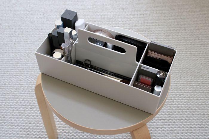 シンプルなデザインと機能性を兼ね備えた無印良品の「キャリーボックス」を活用して、細々したメイク道具もすっきりと収納してみませんか?中が細かく仕切られたキャリーボックスなら、アイテムごとに整理・整頓できるので使い勝手も抜群です。持ち手が付いているので、他の場所に移動する時にも便利ですよ。