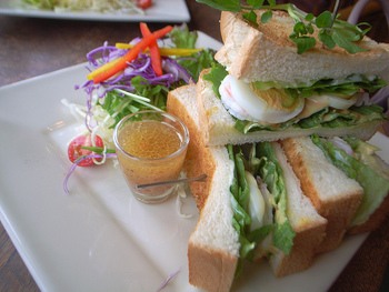 こちらでおすすめのメニューはサンドイッチ。どのサンドイッチもボリューム満点で食べごたえ抜群!パンはトーストされているので、サクサク食感に香ばしさもプラス。美味しすぎて女性でもペロリと完食できちゃいます。