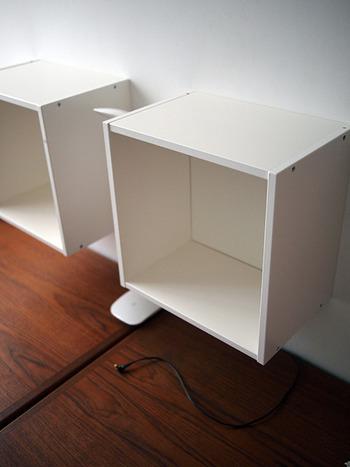 こちらはお子さんの勉強スペースの壁面に設置された、シンプルでおしゃれな「IKEA」のウォールキャビネットです。小物収納からウォールデコレーションまで、幅広い用途に活躍してくれますよ。こちらのブロガーさんのおうちでは、お子さんの教科書や本を収納する棚として活用されているそうです。