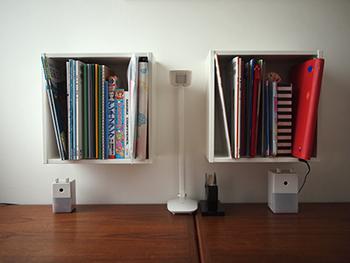 壁に教科書や本を収納することで、デスクの上のスペースを広々と使えて勉強がはかどりそうですね。ウォールキャビネットの下のスペースは、鉛筆削りなど小物の置き場所としても活用できます。「勉強スペースをすっきりと収納して、もっと使いやすく工夫したい…」という方は、ウォールキャビネットをさっそく取り入れてみませんか?