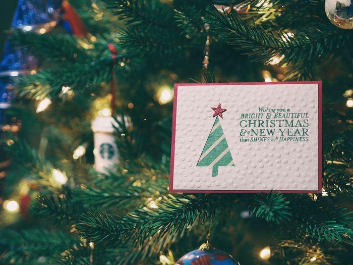 クリスマスカードを送る習慣はいつ頃から始まったのでしょうか?  1840年代にイギリスで誕生したと言われています。しかし製作費用の高さから当時はあまり普及せず、多くの人々が気軽に送れるようになったのは1860~70年代以降の大量生産が可能になったタイミングからだったそう。