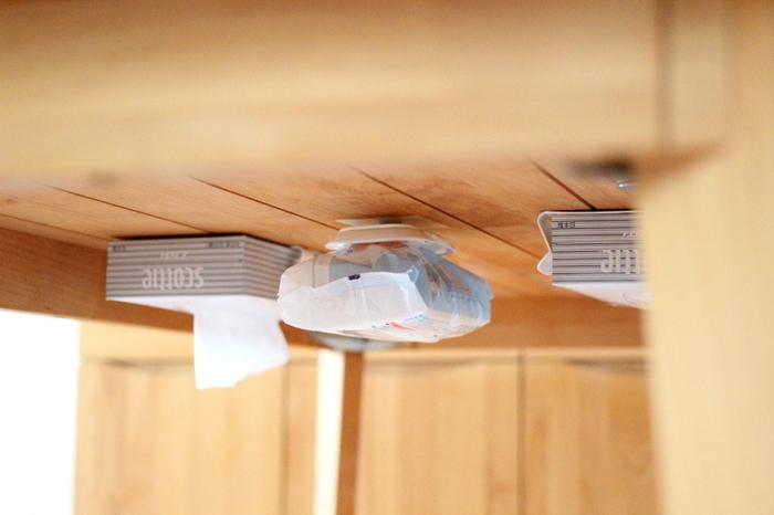 テーブル下にマグネットを仕込み、ティッシュケースや文房具など、よく使う日用品をマグネット収納するアイデアです。 ぱっと見、全く分からずスッキリとした収納が叶います。 しかも使いたいときにすぐ手に取れる位置にあり便利。