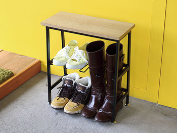 コンパクトな2段のこちらもおすすめ!ブーツもinして収納できたり、上の飾り棚にも物を置くことができます。また靴を履く際にベンチとしても使えるので使い勝手がよくとっても便利。