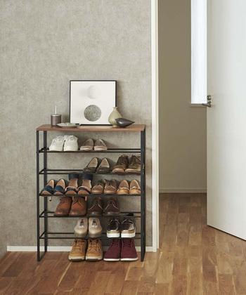 5段のシューズラックはたっぷりと靴が収納出来ます。飾り棚もついているので、お気に入りのも物をおしゃれに飾りましょう。