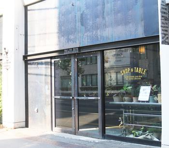 アンティークやヴィンテージが好きな方にオススメのカフェが、「AbULOUS(ファビュラス)」。地下鉄東西線のバスセンター駅からすぐ、大通駅からも徒歩約5分という、好アクセスな場所にあります。  飲食店に見えない外観ですが、しっかり食事もできるお洒落カフェです。
