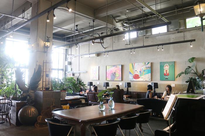 店内にはこだわりの家具たちがあり、きっとインテリア好きの方も楽しめるはず。 天井が吹き抜けになっているので開放感があり、癒しの空間。壁面に掛かっているアートボードは月替りなので、いつ行っても新たなアートを楽しめるようになっています。