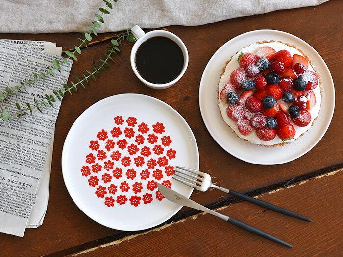 スイーツを乗せるプレートに、マリメッコのかわいい小花柄シリーズのプケッティデザインを取り入れてみては?鮮やかな赤色は、食べ物をおいしそうに見せてくれるカラー♪