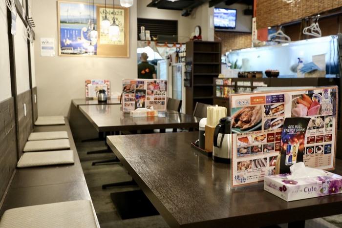 親しみ深い、居酒屋風の店内。テーブル席と、ゆっくりくつろげる畳の座敷席があり、結構広々とした空間です。常連さんだけでなく、観光客の方も多く、1人でも入りやすいですよ。