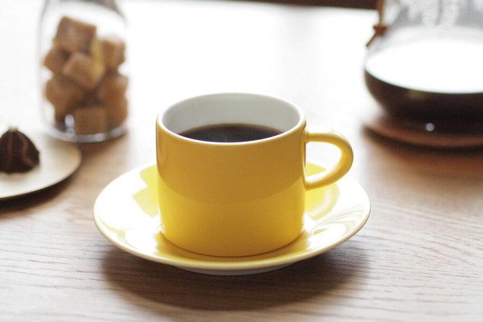鮮やかなイエローが北欧らしさを感じさせる、アラビア製のカップ&ソーサー。元気なカラーで、テーブルがパッと明るくなりますね。楽し気な雰囲気のイエローでfikaを盛り上げましょう。