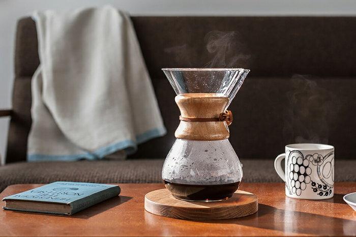 こちらのケメックスのコーヒーメーカーは、およそ6杯分のコーヒーを一度に入れることができます。テーブルに持ってくれば、お代わりをその場ですることもできますね。一度にたくさんの人のコーヒーを淹れる必要がある時に最適です。