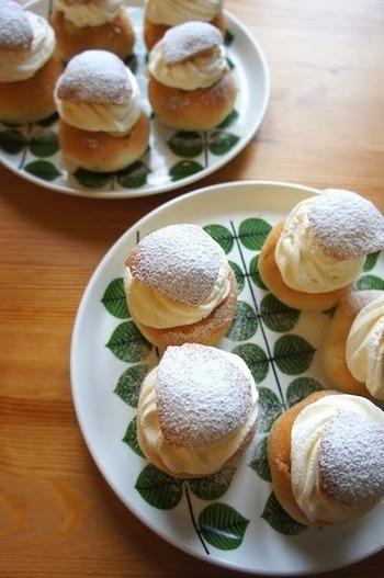 セムラはスウェーデンの伝統的なお菓子。カルダモン風味の甘いパンにアーモンドペーストと生クリームをサンドするものです。甘いスイーツなのでコーヒーによく合って、まさにfikaにぴったり。