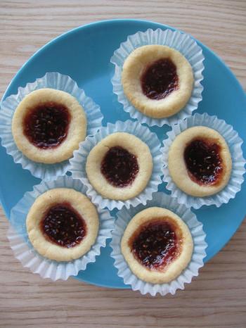 ラズベリージャムを乗せて焼いたクッキーのハーロングロットルもスウェーデンスイーツの1つです。ラズベリージャムのほか、お好みのジャムで作ってもいいですね◎ベリー系のものが北欧らしく仕上がりそう。