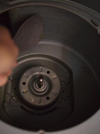 何年も掃除をしていない換気扇は、油とほこりが絡まってドロドロになった状態です。そうなってしまうと、いきなり洗剤で落とすのは大変。いらなくなったポイントカードやスクレーパー、割り箸を使って油の塊を削ぎ取りましょう。