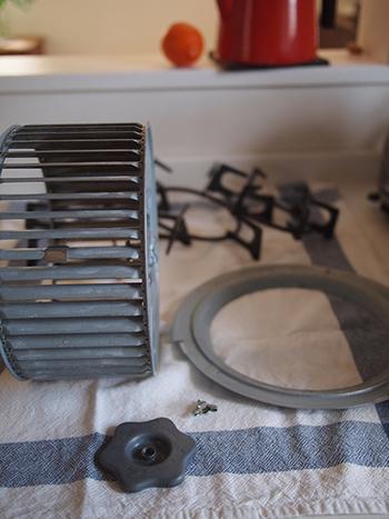 洗剤が残っていると、劣化の原因になります。よくすすいで乾かしましょう。乾かしてパーツを戻したら、レンジフードのお掃除は完了です。