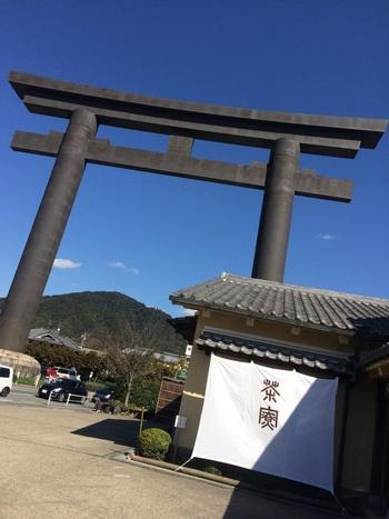 三輪明神の大鳥居のすぐそばにある本店。併設された和風喫茶「茶寮」の文字が見えます。