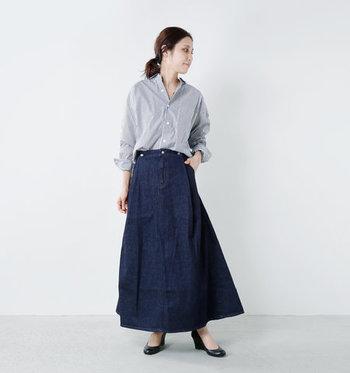 デニムのマキシ丈スカートに、ストライプのシャツを合わせたシンプルなコーディネート。やっぱりシャツやブラウスはきちんと感が出るので、サラリと着こなしても大人っぽく仕上がりますね。20代~30代の、大人女子にぜひ真似してほしい着こなしです。