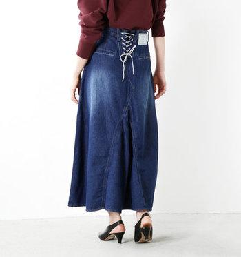 シンプルなデニムスカートではなく、こだわりデザインが施されたものなら、それだけで大人っぽい着こなしが可能です。  これからデニムスカートの購入を考えている方は、レースアップやカットオフなど、ワンポイントのあるデニムスカートもおすすめ♪