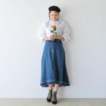 ランダムなフレアシルエットと、縫い目をほどいたようなカットオフデザインが魅力的なデニムスカート。これくらい特徴のあるスカートなら、シンプルな白ブラウスもトレンド感たっぷりに着こなせます。
