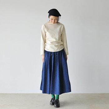 フレアシルエットの長め丈デニムスカートなら、シンプルな長袖Tシャツを合わせるだけでおしゃれに着こなせます。裾はタックインしてもいいですが、あえて外に出す方が今っぽいコーディネートに。