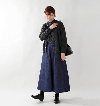 チャコールグレーのタートルニットに、ダークトーンのカーディガンを合わせてとことんシックに。フレアのデニムスカートも濃いめの色なので、全体が大人っぽく上品にまとまっています。