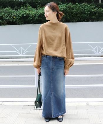 ロング丈のタイトデニムスカートは、ゆったりとボリュームのあるトップスを合わせるのがおすすめ。バランスよく着こなせます。タックインもゆるくたるませるのがポイントです。