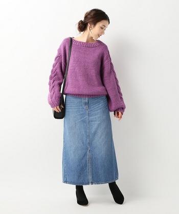トレンドカラーのパープルニットも、デニムスカートと合わせれば女性らしいコーディネートに。カジュアル感の強いユーズド風のスカートも、キレイめコーデに早変わりします。
