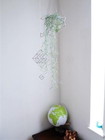 天井から吊るしたおしゃれなオブジェに、ニトリのフェイクのスパニッシュモスを入れて飾って。