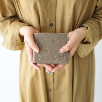 「IL BISONTE(イルビゾンテ)」の二つ折りレザー財布は、星の型押しがとってもキュートなデザイン。レザーでもクールすぎないので、ナチュラルやカジュアルなコーデの日でも馴染んでくれます。