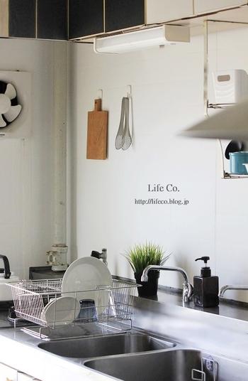 キッチンに飾るのにちょうど良いサイズ感。主張しすぎずさりげない存在感で、無機質なキッチンを華やかに見せてくれます。