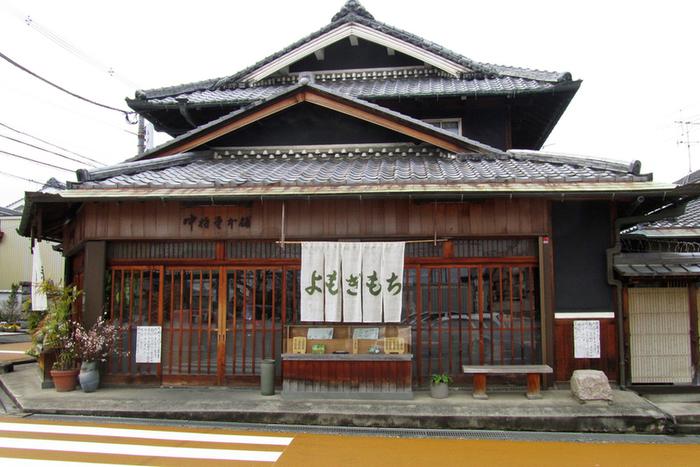 昭和4年創業の老舗である中将堂本舗は、ガラス引き戸の入り口が特徴的な、趣を感じさせる外観です。当麻寺を訪れた後にちょっと立ち寄ってみたくなりますね。