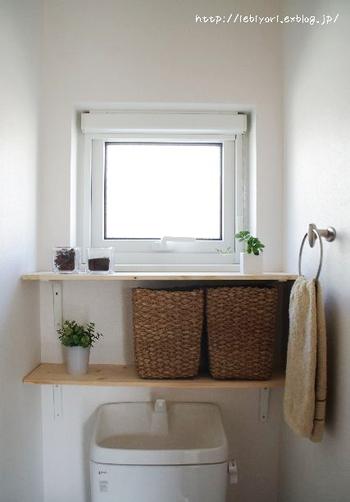 ウッディな棚に、フェイクグリーンを置いて。消臭効果のあるグリーンで、匂いが気になるトイレにぴったりです。