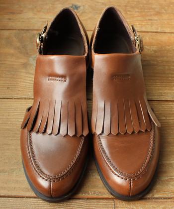 """エレガントな印象を与えるブラウンのフラットシューズは、スコットランドの伝統的な""""キルティタン""""をアレンジした一足。落ち着いて品のある革靴は、ナチュラルにもガーリーにも合わせられます。"""