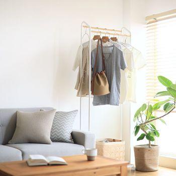 """ソファや椅子の上に散らかりやすい洋服類は、こちらのようにハンガーラックを活用して""""一時置き場""""を作ると◎。コートやジャケットを掛ける場所があると、来客時にも重宝しますよ。"""