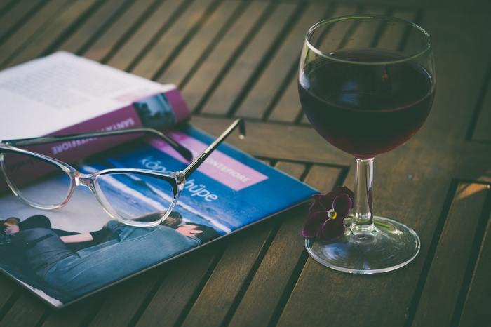 適度な飲酒は、食欲増進や血行促進、緊張をほぐしてリラックス気分を高めたり、楽しい気分を盛り上げて人間関係を円滑化する効果があるとされ、昔から世界中で親しまれてきました。ただし、これは適量を守り、適切な方法で飲酒した場合。お酒は常に体のことをいたわりながら飲むことがとても大切です。お酒に入っているアルコールは肝臓で分解されますが、量が多すぎてしまうと大きな負担をかけてしまうのです。  適度な酒量は、1日あたり純アルコール20g程度といわれています。例えば、ビールであれば中ビン1本、日本酒1合、焼酎0.6合、7%のチューハイを1缶(350ml)が目安です(※)。  (※)高血圧、脂質異常症、お酒に弱い方は少量飲酒でもリスクが高まることもありますので、ご注意ください。
